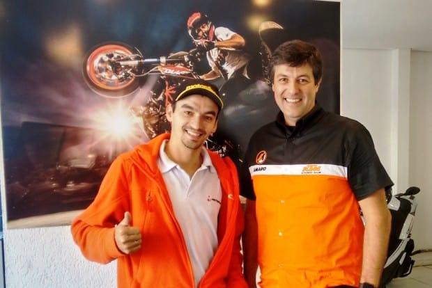 Celio Tabith Jr. com Ruan Burdino, executivo comercial do Motonline: invasão laranja na cidade de São Paulo