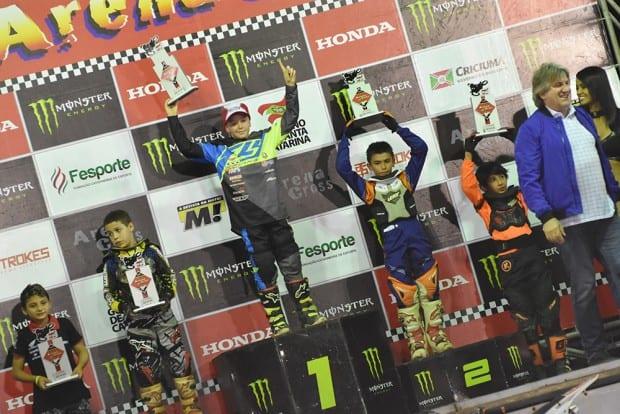 O pequeno Rafael Becker segue colecionado vitórias na categoria 50cc do Arena Cross