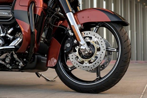 Motos maiores da marca, como a CVO Street Glide, contam com dois discos na roda dianteira