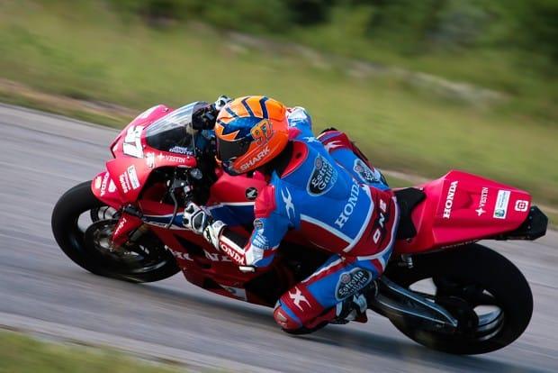 Piloto cearense busca defender o título e liderou a prova, abrindo mais de cinco segundos para o segundo colocado, na categoria 1.000cc