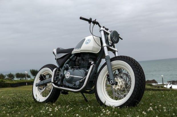 Royal Enfield customiza motos para participar do Wheels and Waves. E você, prefere brat ou cafe racer?