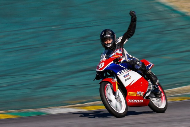 Na Honda Junior Cup, a categoria escola do SuperBike nacional, vitória de Léo Manella