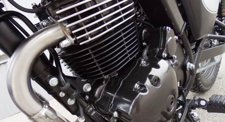 As duas clássicas compartilham motor e câmbio: 440 cc e 30 cv de potência