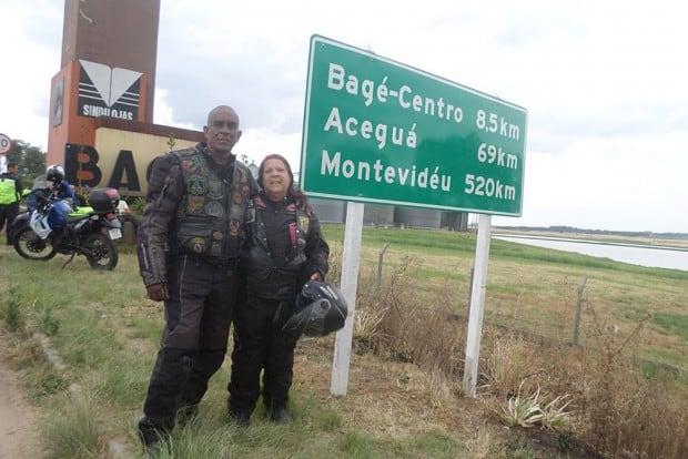 Diveneta ao lado da sempre companheira professora Sibele, sua esposa parceira de viagens. Na foto, registro de mais uma viagem do conhecido casal de Cabo Frio ao Sul do Brasil