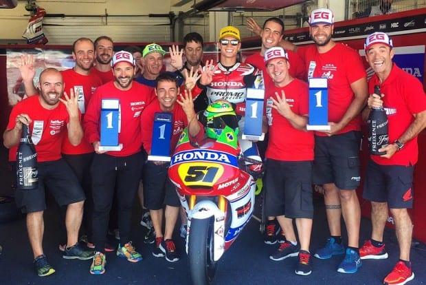 Festa no box da equipe depois de quatro vitórias consecutivas. Agora, Granado é líder do Europeu de Moto2 com 25 pontos de vantagem