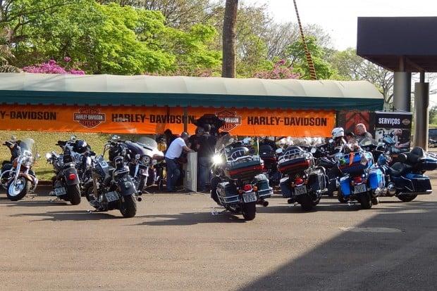 Uma área de serviços montada no evento: fila para realizar manutenção nas motos