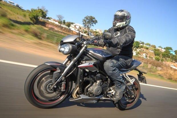 A Triumph desenvolveu um novo motor de 765 cm³ para o Mundial de Moto2, maior competição de motos do planeta, e logo o empregou na Street Triple. Sem perder um segundo, a marca inglesa trouxe o modelo ao Brasil
