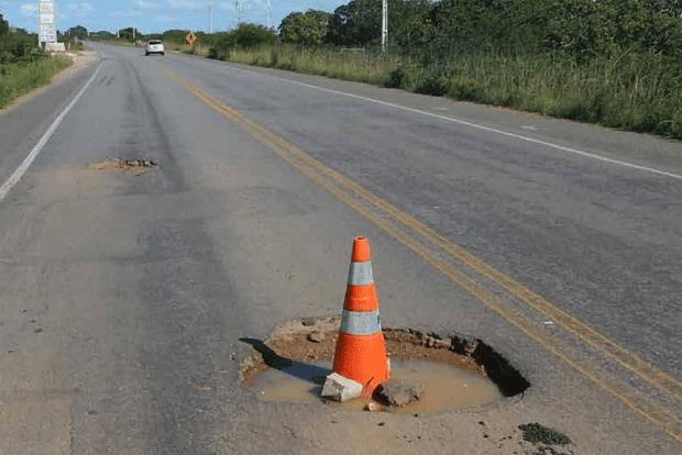 Buracos, afundamento, trincas, remendos, fissuras... construído com conceitos dos anos 1960, sem qualquer fiscalização e custando em média 24% acima do previsto. Situação do asfalto brasileiro é um verdadeiro roteiro de filme de terror