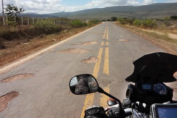 Buracos, panelas, fissuras e desníveis são companhia constante de motociclistas que resolver rodar o Brasil. Na imagem, registro da BA 147, entre Anagé e Sussuarana, de 2012 - Foto: Ricardo Kadota (Rock)