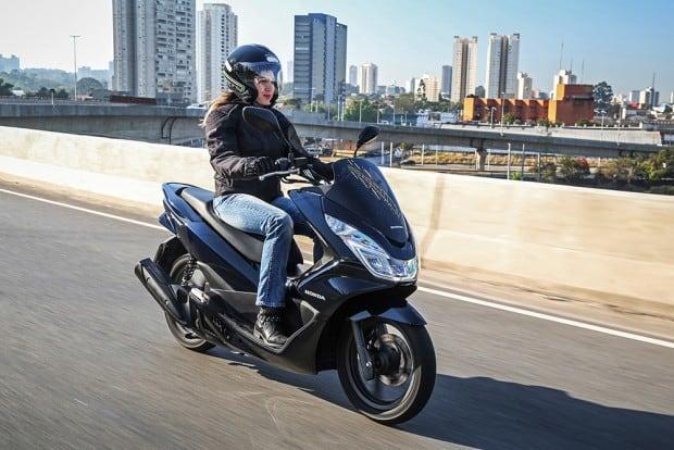 Pensados para o trânsito urbano, os scooter (aqui um PCX 2018) podem ser fantásticos para as grandes cidades, mas não costumam ser as melhores motos para viajar