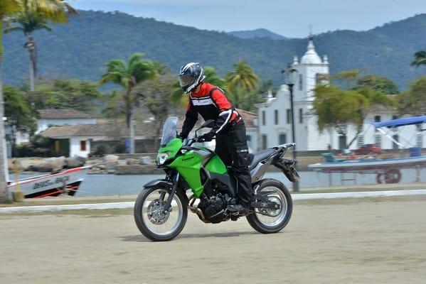 Aventureira, a Versys-X 300 se dá bem em qualquer terreno. Foto: Marcos M Carmona