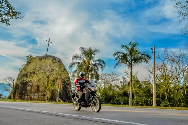 Posição de pilotagem é mais que confortável, boa para longas viagens. Foto: Marcos M Carmona