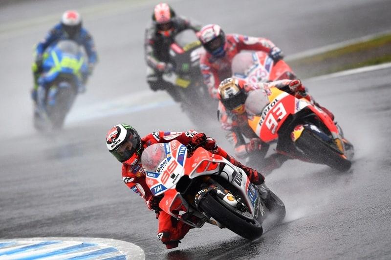 Lorenzo na liderança: cena comum nos inicio de corridas, mas o espanhol não consegue manter o ritmo