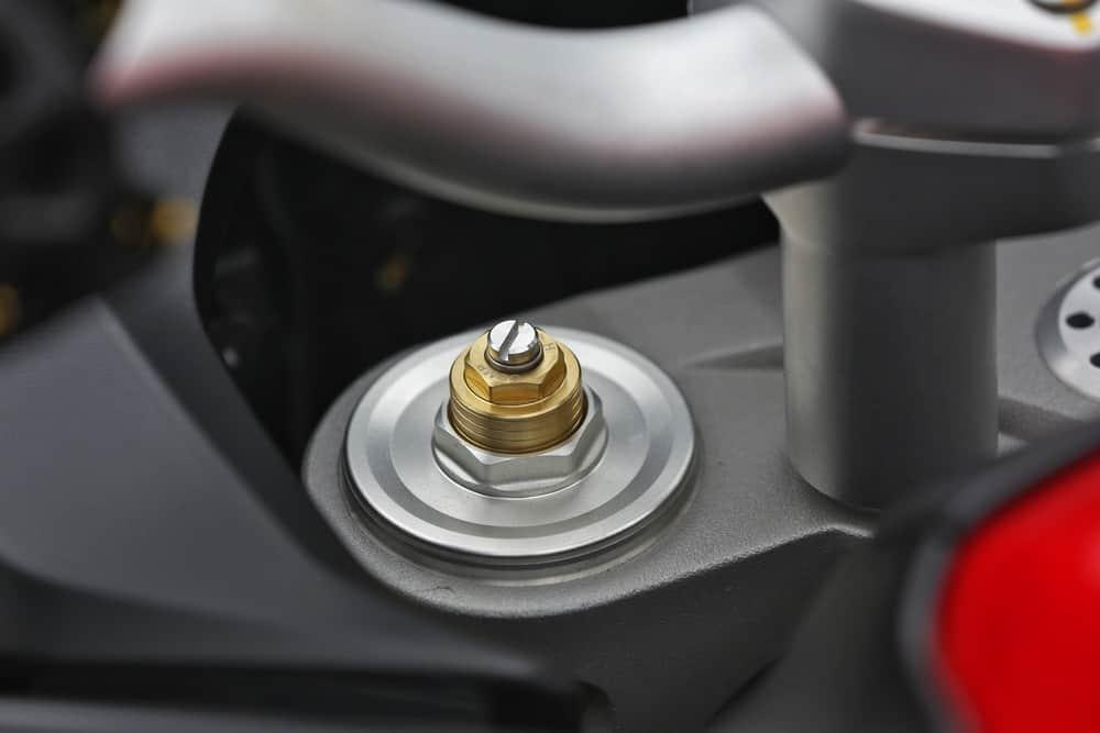 Suspensão dianteira tem 170 mm e ajuste de compressão e retorno. Foto: Mário Villaescusa