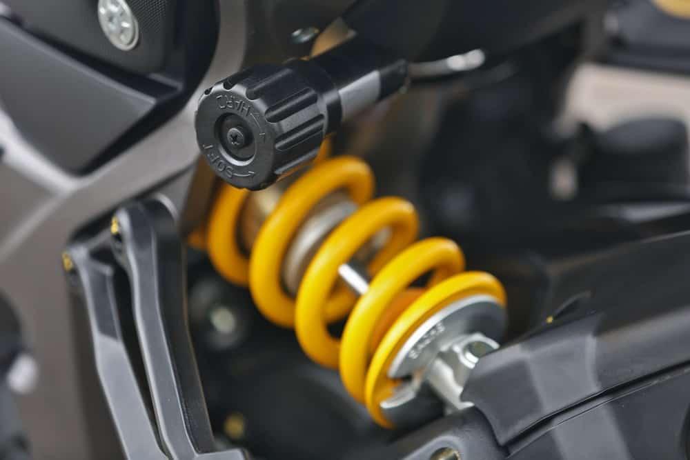 Suspensão traseira conta com ajuste de compressão, retorno e pré-carga da mola. Curso de 170 mm. Foto: Mário Villaescusa
