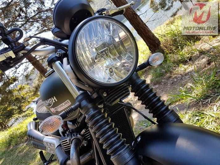 Farol simples e guarda-pó nas bengalas dão personalidade à moto - Foto: Rock Ténéré