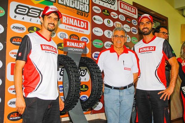 Pilotos Ripi Galileu e Rigor Rico com o empresário Sérgio de Paris apresentando o novo pneu Rinaldi específico para Hard Enduro