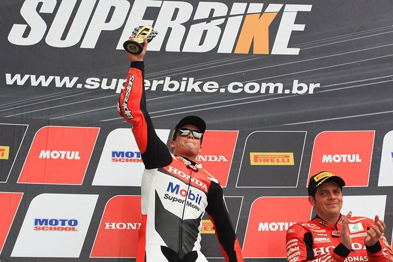 Eric Granado venceu as duas corridas em Goiânia e se aproximou do título na categoria SuperBike Pro... mas nem tudo está garantido. Piloto tem 18 pontos de vantagem, mas ainda há 51 em jogo. Título ficou para a final, em Interlagos