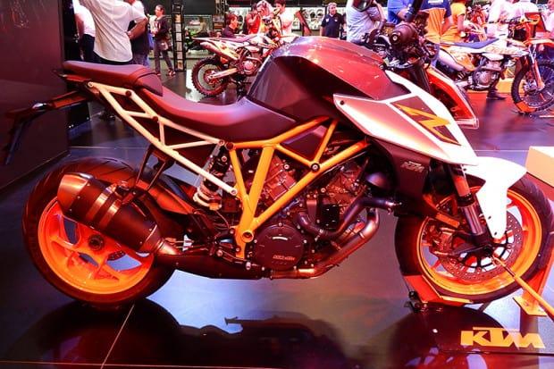 Design da nova 390 deriva da musculosa KTM 1290 SUPERDUKE, também exposta no Salão Duas Rodas