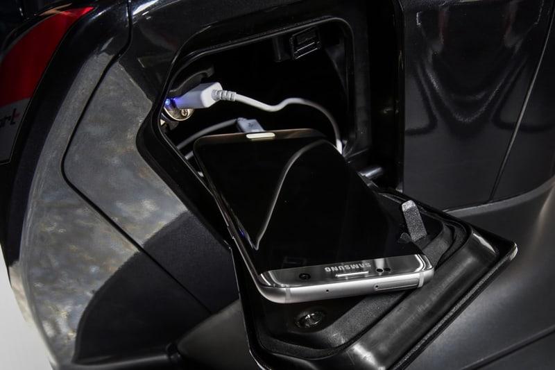 Compartimento embutido na carenagem frontal com tomada 12V é um dos destaques da comodidade oferecida pelo Honda PCX