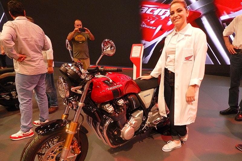 Público tem a chance de opinar sobre motos que a Honda pode trazer ao Brasil. Na lista, modelos esperados como a CB 1100 RS e a Rebel 500. Atividade ocorre no Salão Duas Rodas, onde equipe de profissionais (foto) colhe percepções do público