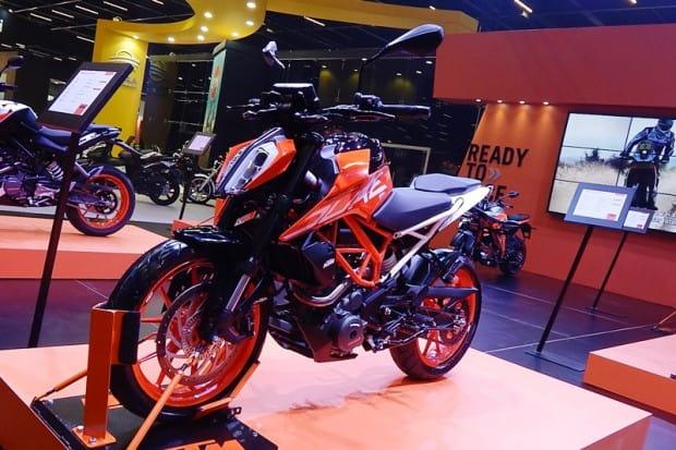 Modelo em exposição no stand da KTM no Salão Duas Rodas 2017. Por enquanto, a KTM ainda não informou se irá atualizar também a KTM 200 DUKE (na foto à esquerda, ao fundo) pela 250 vendida na Europa
