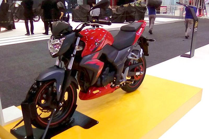 Dafra Next 300 tem freios combinados, câmbio de seis marchas e motor de 278 cc e 27 cv de potência, com arrefecimento a líquido