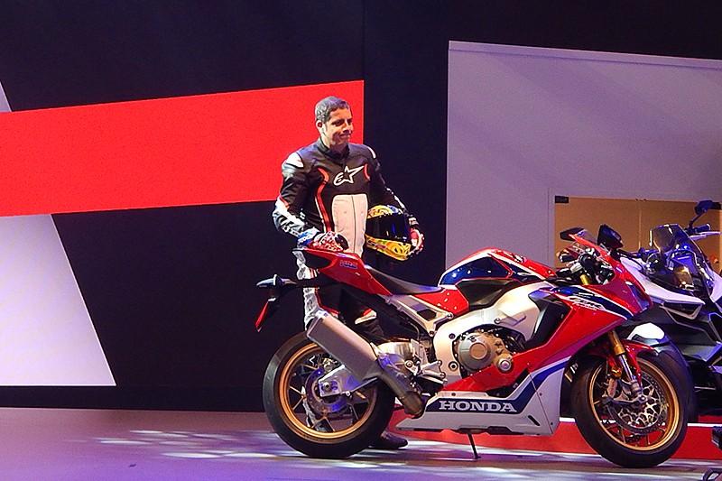 Além de lançamentos, a Honda expõe conceitos, motos de competição e modelos globais (incluindo CB 500 Rebel e CB 1100 EX) que podem ser trazidos pra cá. Alex Barros mostrou a nova CBR, que irá para as pistas de SuberBike