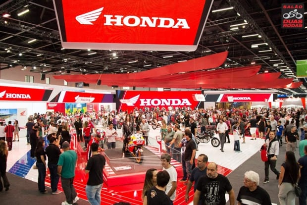 Grandes estandes da Honda e Yamaha...