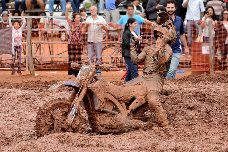 Jean Ramos (sim, é ele embaixo desta espessa camada de terra) venceu a quinta etapa do Brasileiro de Motocross, mostrando habilidade mesmo engolindo lama