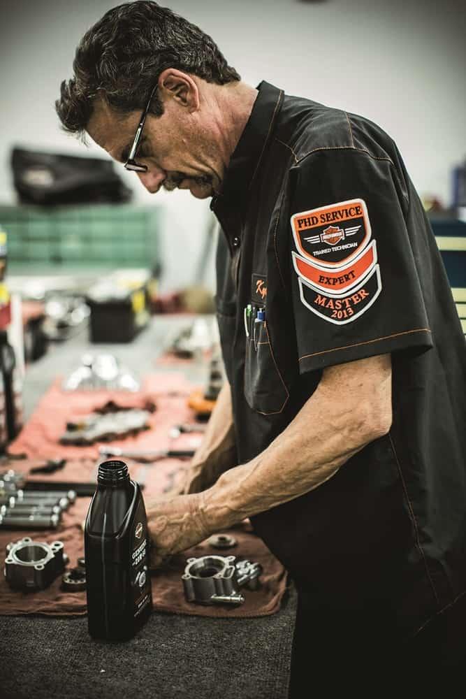 Um mestre formado na Harley-Davidson University( Tucson Dealership Service Photoshoot)