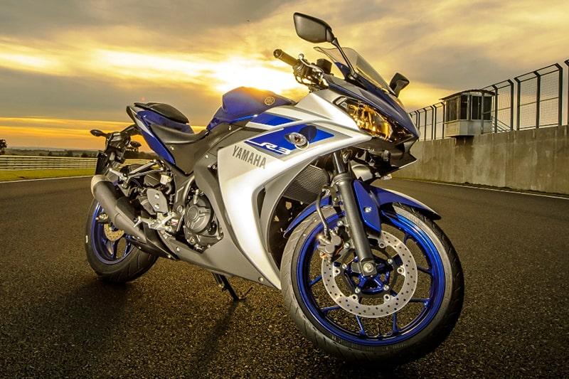 Em 2015, a Yamaha resolveu declarar briga à Kawasaki com a YZF R3. Desde então, ela e a Ninja 300 duelam pelo mercado de esportivas pequenas no Brasil
