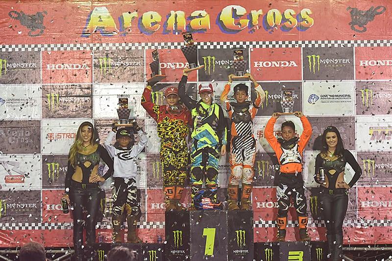 Rafael Becker é o fenômeno das 50cc. Piloto venceu todas as etapas e liderou a final de ponta a ponta. É o terceiro título do garoto no Arena Cross. Foto: Tiago Lopes/Arena Cross