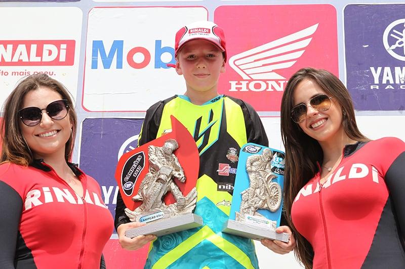 Em sua temporada de estreia na 65cc, Rafael Becker, de 10 anos, já garantiu o título