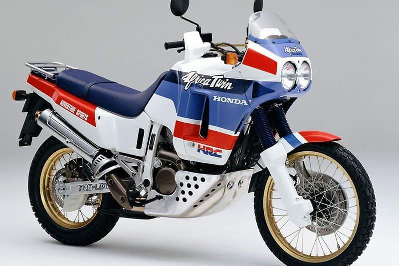 Africa Twin foi apresentada ao mundo em 1988, num momento mágico do Rally Dakar. Inicialmente, modelo tinha 650 cm² e dois cilindros em linha, mas logo chegou o motor de 750 cilindradas e cilindros em V