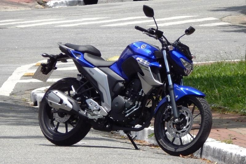 Linhas modernas dão à moto semelhança com motos maiores