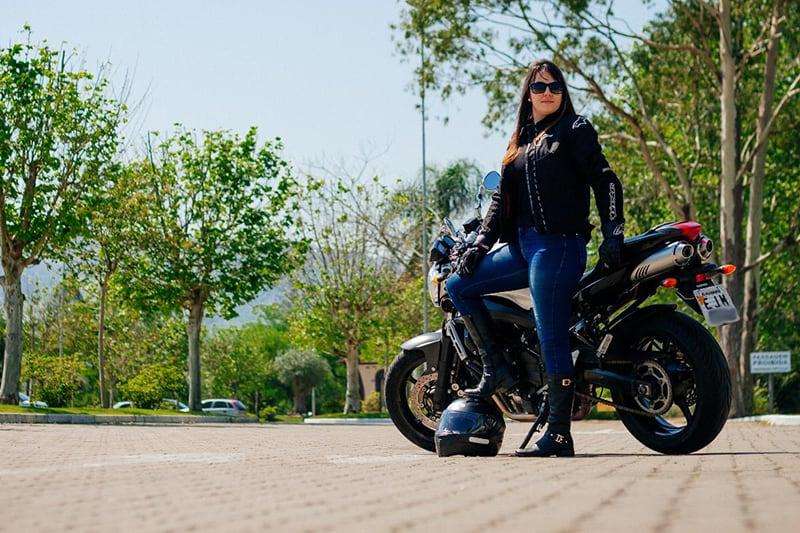 Precisamos de embaixadoras do motociclismo, mulheres que vistam a camisa e se permitam novas experiências, sentindo a liberdade no rosto. Conheça a Ana Luísa. Foto: Lenize Reis