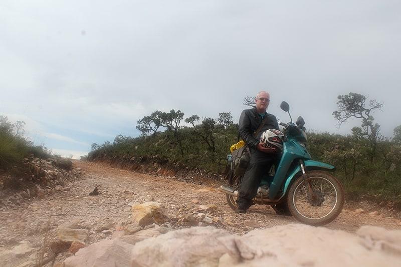 Evaristo é o nome do aventureiro que aguardou 15 anos até ter todas as condições para realizar sua viagem dos sonhos pelo Brasil... e precisava ser com uma moto de 100 cc