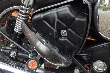 Do lado direito, o filtro de ar sob a tampa lateral com chave