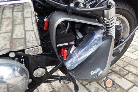 Do lado esquerdo, caixa de fusíveis e ferramentas sob a tampa lateral com chave