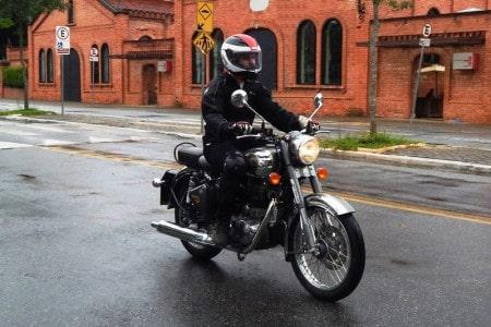 Sem exageros, a moto vai tranquila, como num passeio descompromissado