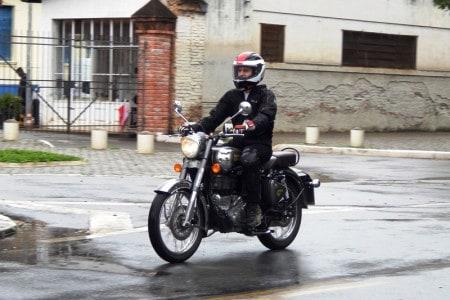 Em giros mais altos a vibração é toda transmitida ao piloto nas pedaleiras e no guidão