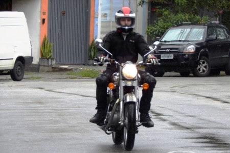 Vista de frente assim, até lembra as primeiras Honda CB 550 ou 750