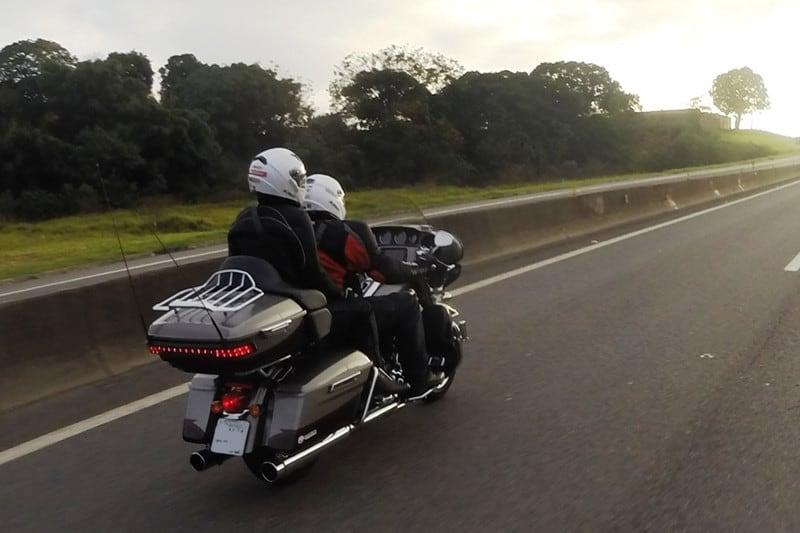 Se a moto tem bolsas laterais e top case, tudo fica mais fácil de organizar, mas excesso de peso não é bom