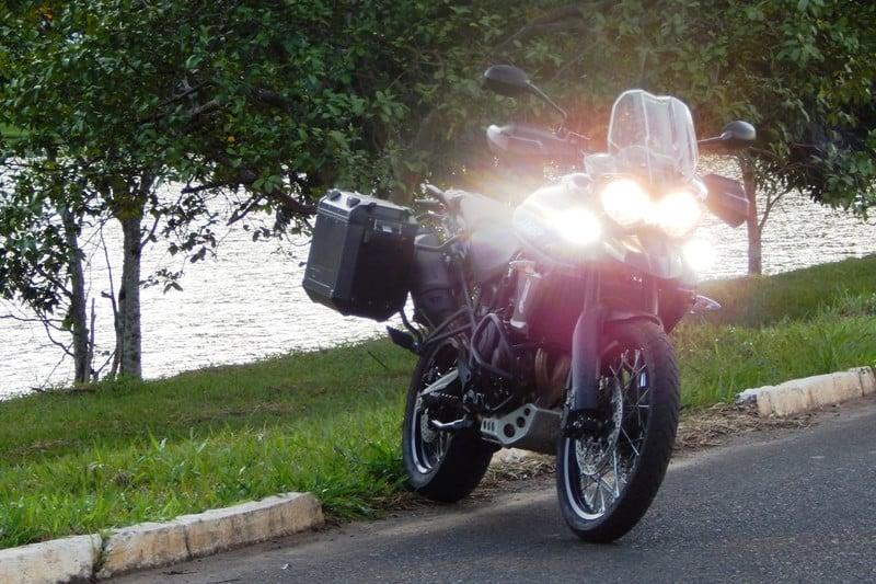 Regular os faróis é importante, principalmente se vai viajar com garupa e sua moto é uma trail ou bigtrail