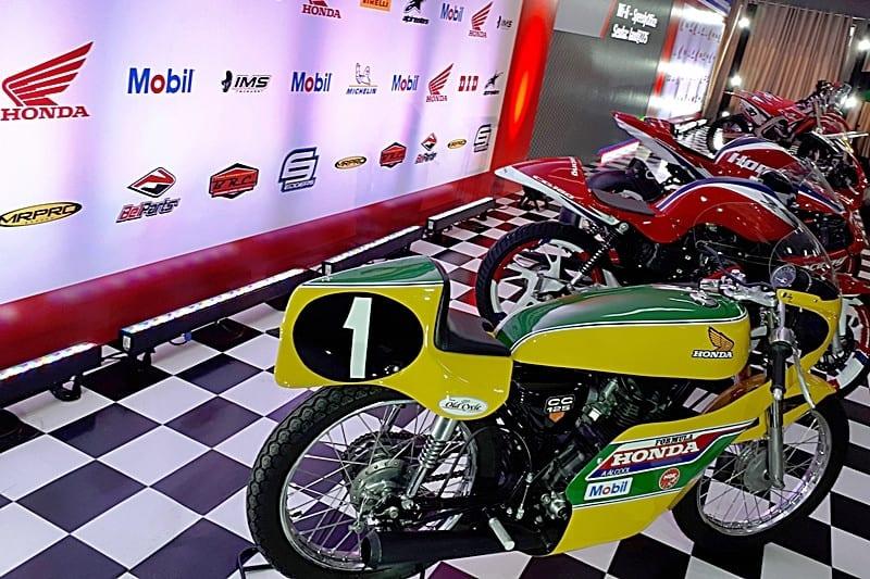 """As motos das equipes Honda Racing """"lideradas"""" pela CG 125 da Fórmula Honda, primeira competição que recebeu apoio da Honda em 1978"""