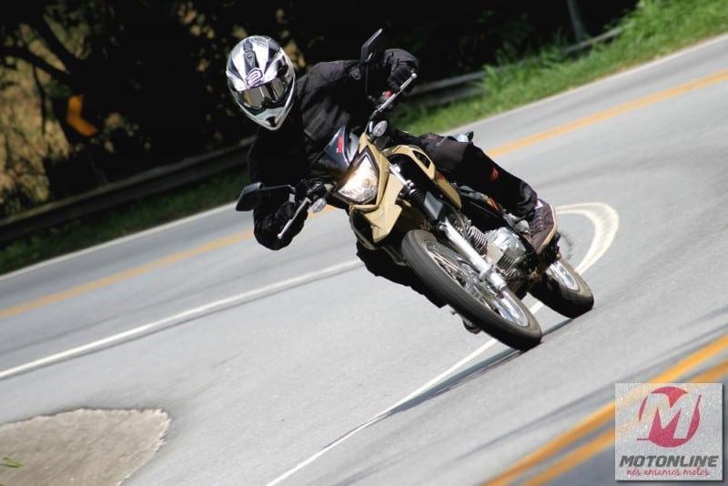 Cuidadosamente ajustada, a ciclística da Crosser não transmite em momento algum o peso de 131 kg (em ordem de marcha) do modelo. Independe se em curvas no asfalto, em meio aos carros ou desviando de obstáculos no off, a moto está sempre à mão. Foto: Carla Gomes