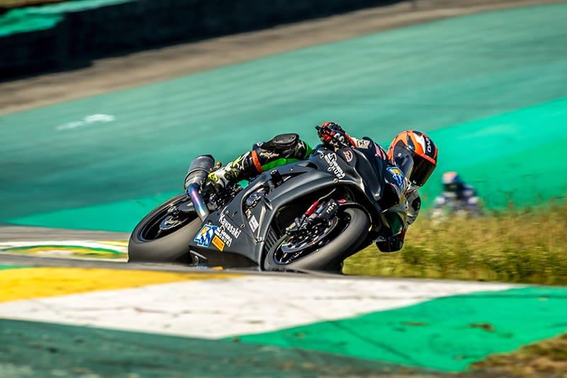 Gerardo e sua Kawasaki ZX-10R acelerando em Interlagos. Foto: VGCOM