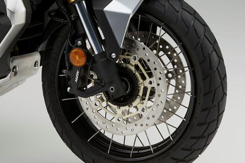 Item que é opcional nas motocicletas chega em série nas scooters já faz tempo...