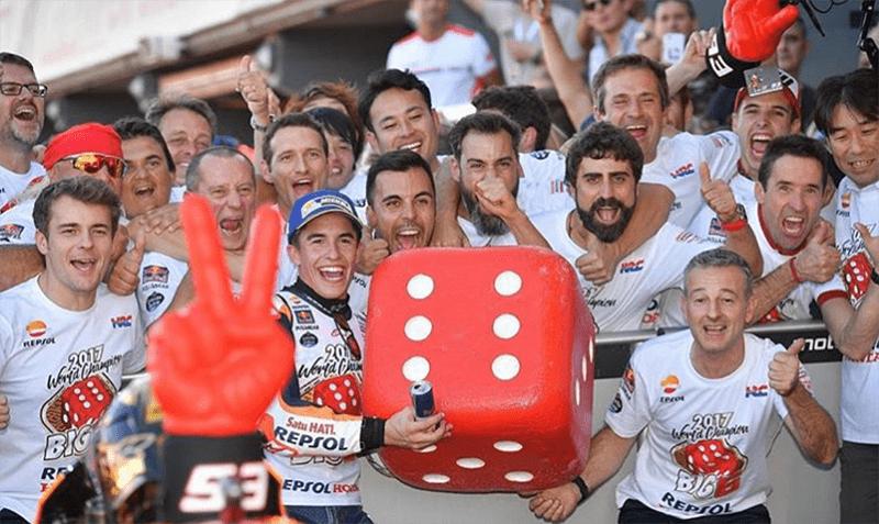 Muito mais do que rápido, Marc Márquez é maduro. Ajuste fino entre piloto, moto e equipe tem se mostrado uma receita campeã... mas será que alguém tira este sorriso do seu rosto em 2018?